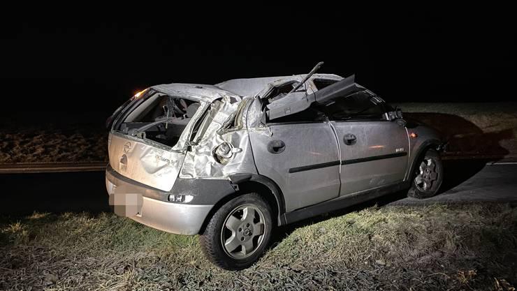 In der Nacht auf Montag kam ein Autofahrer in einer Kurve ins Schleudern und überschlug sich danach mehrfach.