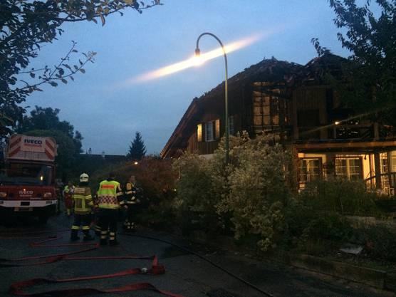 Die Feuerwehr vor der Liegenschaft, in der es zum Brand kam.