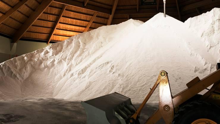 Ein Berg Streusalz in der Saline von Bex, produziert von der Schweizer Salinen AG, die ein Monopol hat auf der Salzproduktion.