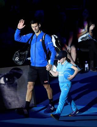 Novak Djokovic winkt dem Publikum zu