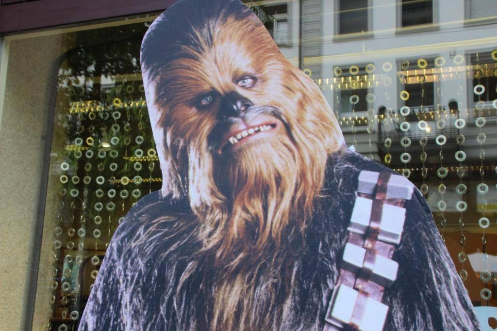Nur noch eine Chewbacca Figur übrig. Diese will sich der unbekannte Täter auch noch holen. (© FM1Today/Sandro Zulian)