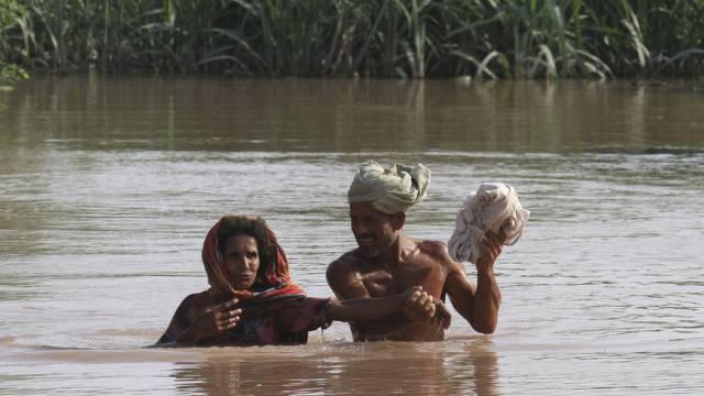 Das Hochwasser treibt pakistanische Dorfbewohner in die Flucht