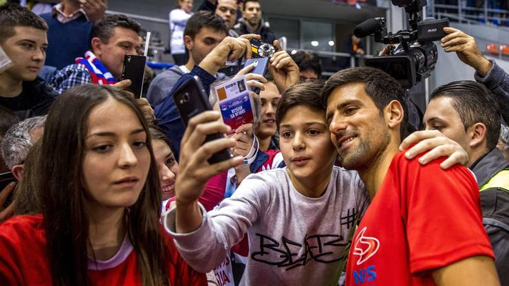 Seinen Fans ganz nah: Novak Djokovic geniesst das Bad in der Menge während der Adria-Tour.