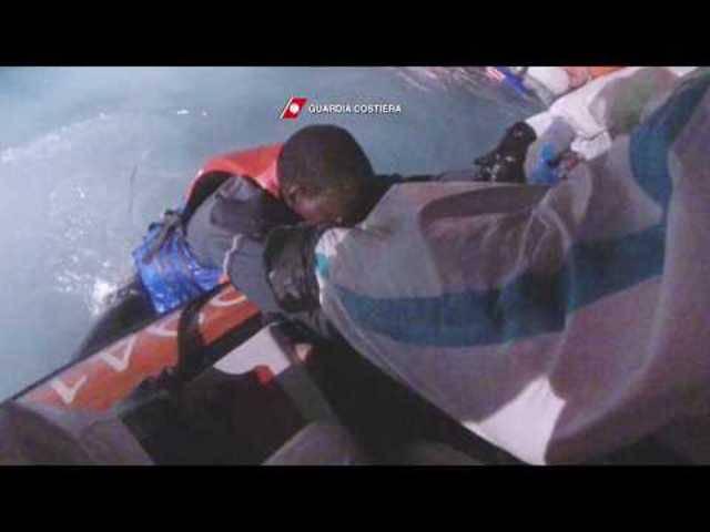 Hautnah: Nächtliche Rettungsaktion der italienischen Küstenwache