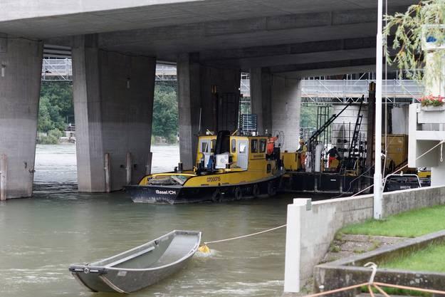 Zuvor verunmöglichte der hohe Pegel und die Starke Strömung, das Floss den Rhein hinunter bis zur Mittleren Brücke zu transportieren.