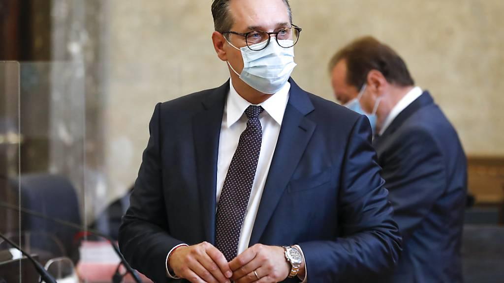 Heinz-Christian Strache, ehemaliger Vorsitzender der Partei FPÖ und ehemaliger Vizekanzler von Österreich, steht in einem Gerichtssaal. Foto: Lisa Leutner/AP/dpa