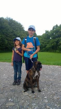 Zwei jüngere Leserwanderer mit ihrem Hund.