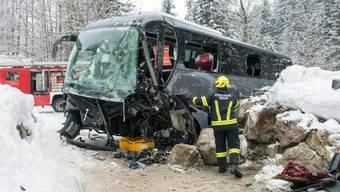 Beim Busunglück am österreichischen Pass Gschütt wurden mindestens 23 Touristen und der Fahrer verletzt.