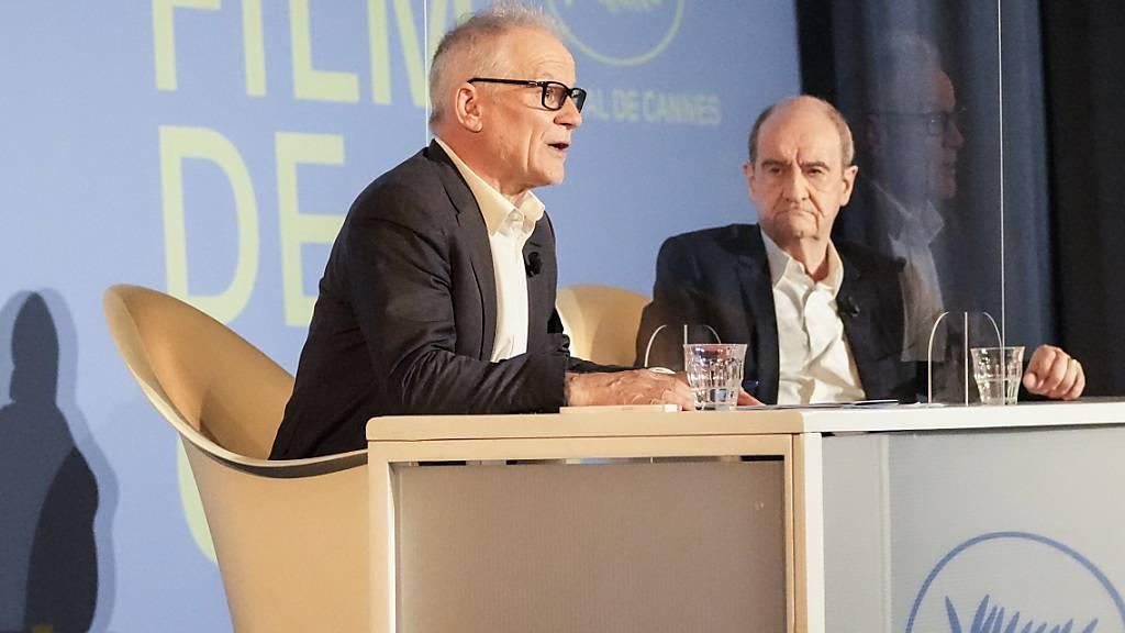 Direktor Thierry Fremaux (l)und Filmfestspiele-Präsident Pierre Lescure stellen bei einer Pressekonferenz die offiziellen Auswahl der 74. Filmfestspiele von Cannes vor. Foto: Francois Mori/AP/dpa
