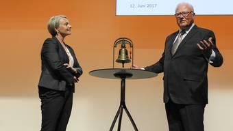 Thomas Staehelin übergab Elisabeth Schneider-Schneiter gestern jene Glocke, mit der er in den letzten 16 Jahren 174 Handelskammer-Sitzungen eröffnet hatte.