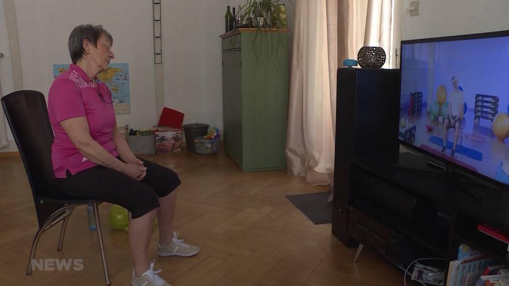 «Gymnastik im Wohnzimmer»: Einfache Übungen, die man im Wohnzimmer nachmachen kann