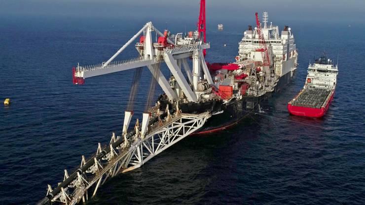 """Das Verlegeschiff """"Audacia"""" des Offshore-Dienstleisters Allseas mit Sitz in der Schweiz verlegt in der Ostsee vor der Insel Rügen Rohre für die Gaspipeline Nord Stream 2. (Archivbild)"""
