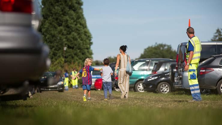 Landwirtschaftsschau zieht viel Volk an: Auf dem Parkplatz «Hornerfeld» beim A1-Zubringer war gestern Abend Hochbetrieb. PASCAL MEIER