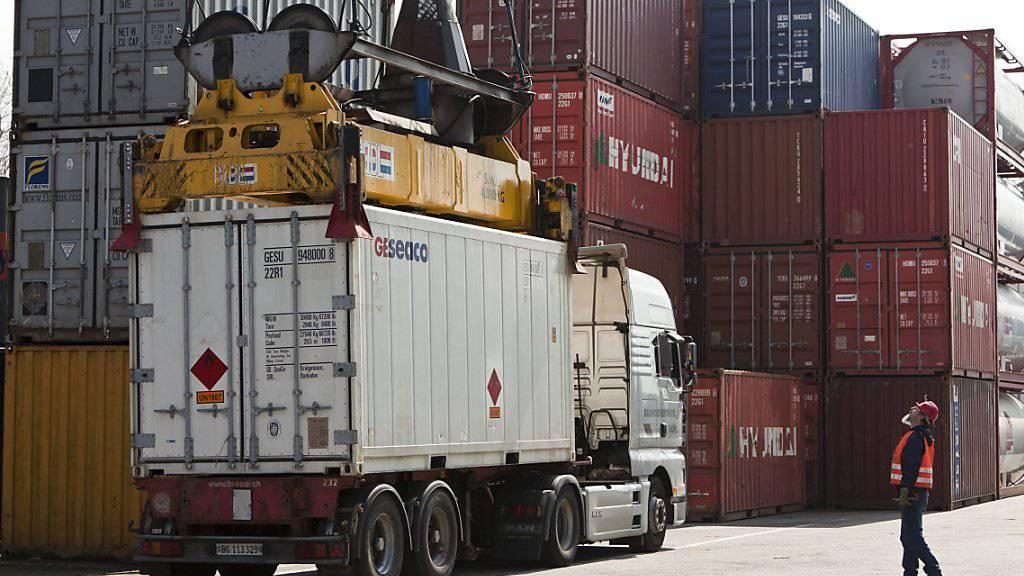 Die Zürcher Kantonalbank erwartet, dass der Brexit die Exportdynamik schwächen wird. Hafen Kleinhüningen bei Basel, wo ein Kran einen Container verlädt.