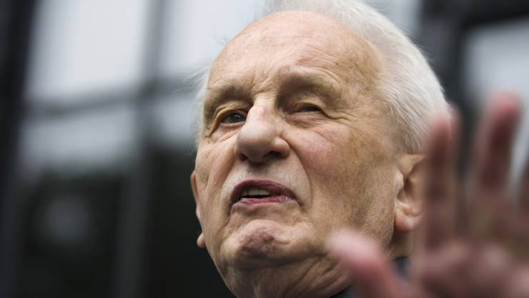 """Der deutsche Dramatiker Rolf Hochhuth sorgte 1963 mit seinem Drama """"Der Stellvertreter"""" über die Rolle des Papstes Pius XII während des Nationalsozialismus für Furore. Jetzt ist Hochhuth mit 89 Jahren gestorben. (Archivbild)"""