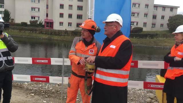 Symbolischer Spatenstich: Der Zürcher Baudirektor Markus Kägi drückt den Startknopf zur Einrammung einer Spundbohle