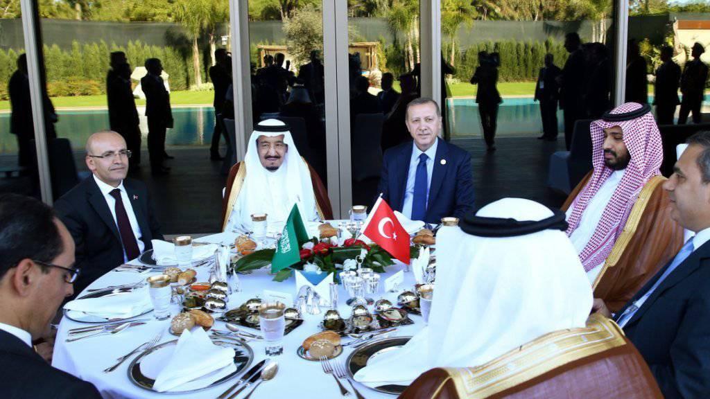 Der türkische Präsident Erdogan vor dem G20-Gipfel mit Gästen aus Saudi-Arabien, unter anderen König Salman.