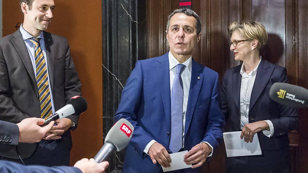 Der neue FDP-Fraktionschef Ignazio Cassis (mitte) mit seiner Vorgängerin Gabi Huber und dem unterlegenen Christian Wasserfallen.