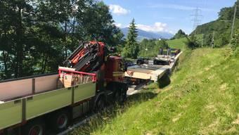 Der Holztragbinder auf dem Ausnahmetransport kippte auf eine Stützmauer. Für die Bergung war die Brünigstrasse am frühen Montagabend mehrmals gesperrt.