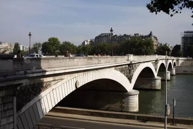 In Frankreich musste erst im Mai dieses Jahres eine Autobahnbrücke nördlich von Paris gesperrt werden. Hunderte weitere Brücken sind ebenfalls marode. Zu diesem Ergebnis kommt ein vom französischen Verkehrsministerium in Auftrag gegebener externer Untersuchungsbericht. Er nimmt aber nur die rund 12'000 Brücken in den Fokus, für die der französische Staat verantwortlich ist und die nicht von privaten Firmen betrieben werden. Über diese Autobahnen und Landstrassen rollen 18,5 Prozent des französischen Strassenverkehrs.