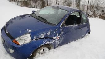 Unfall Asp: Wegen glatter Fahrbahn kommt Auto von der Strasse  und überschlägt sich.