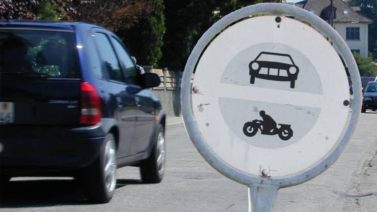 Begegnen uns im Strassenverkehr immer wieder: vergilbte oder unleserliche Verkehrstafeln.