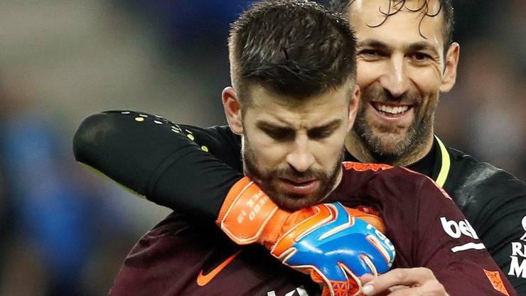 Gerard Piqué (im Vordergrund) bleibt bis 2022 bei Barcelona