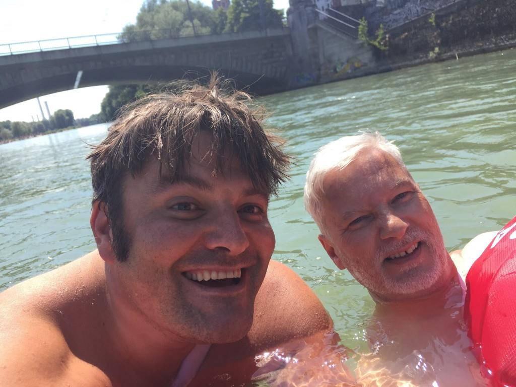 Benjamin David schwimmt fast täglich in der Isar. Mittlerweile hat er Badekumpel gefunden. (© Facebook/Benjamin David // Isarlust e.V./Amelie Tegtmeyer)