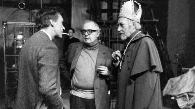 """Regisseur Werner Düggelin, links, mit dem Autor Friedrich Dürrenmatt (Mitte) im Jahr 1967 bei der Hauptprobe zu """"Die Wiedertäufer"""" am Schauspielhaus Zürich."""