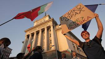 dpatopbilder - Demonstranten in Sofia fordern den Rücktritt der bulgarischen Regierung. Foto: Valentina Petrova/AP/dpa