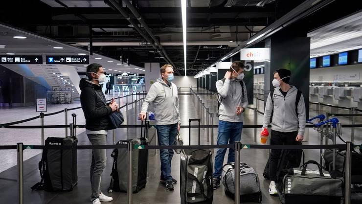 Die Schweizer Handball-Nationalmannschaft am Donnerstagmorgen am Flughafen in Zürich.