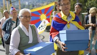 Mitglieder der Gesellschaft für bedrohte Völker (GfbV) und Tibet-Organisationen reichen bei der Bundeskanzlei eine Petition ein, mit der sie Politik und Behörden auffordern, die Grundrechte der Tibeterinnen und Tibeter in der Schweiz zu schützen.