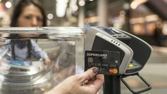 Kontaktloses Zahlen hat in der Schweiz die Zahl der bargeldlosen Transaktionen stark ansteigen lassen. (Symbolbild)