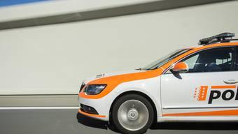 Eine 16-jährige Jugendliche ist zwei Wochen nach der Kollision mit einem Auto in Vétroz VS ihren Verletzungen erlegen. (Symbolbild)