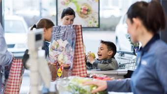 Um trotz Erwerbstätigkeit Zeit mit den Kindern zu haben, nehmen Eltern sie überall hin mit. Doch nicht immer ist der Nachwuchs willkommen.