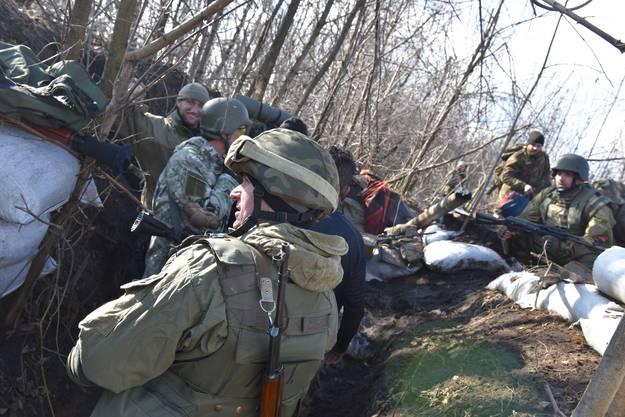 Ukrainische Freiwillige im Schützengraben.
