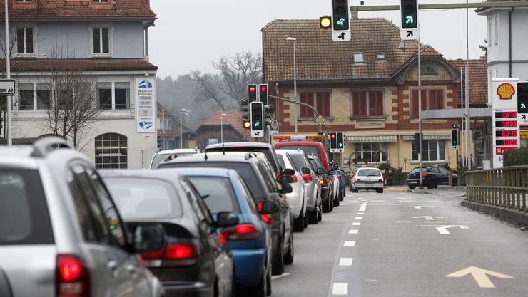In den Spitzenzeiten staut sich der Verkehr oft bis nach Zuchwil zurück.