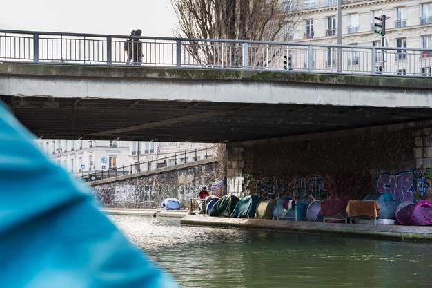...Decken und Zelte an obdachlose Geflüchtete in Paris.
