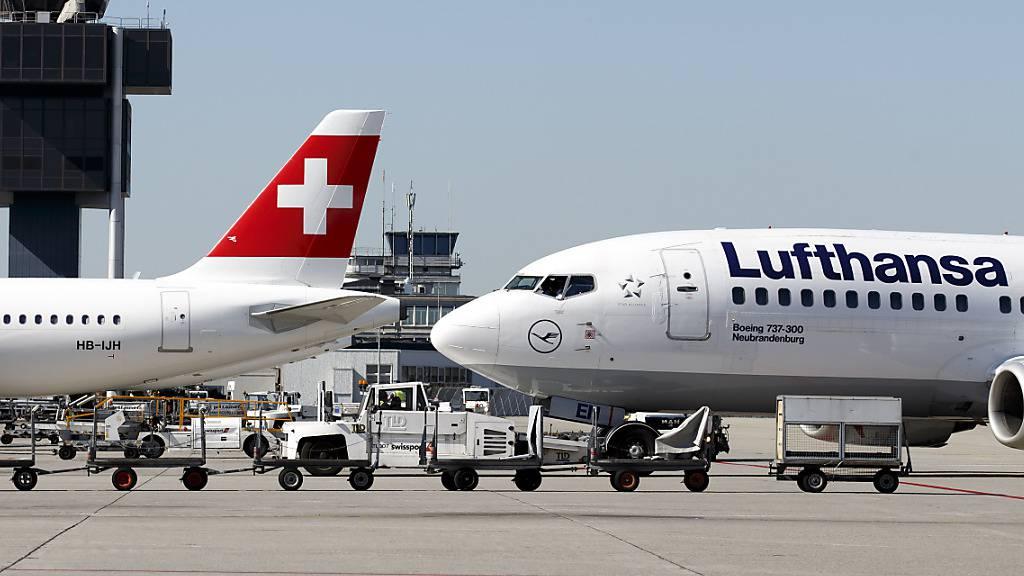 Die Lufthansa-Gruppe verschärft auf Flügen von und nach Deutschland die Maskenpflichten. Neu müssen Passagiere und Crewmitglieder entweder eine OP-Maske oder eine FFP2-Maske tragen.(Archivbild)