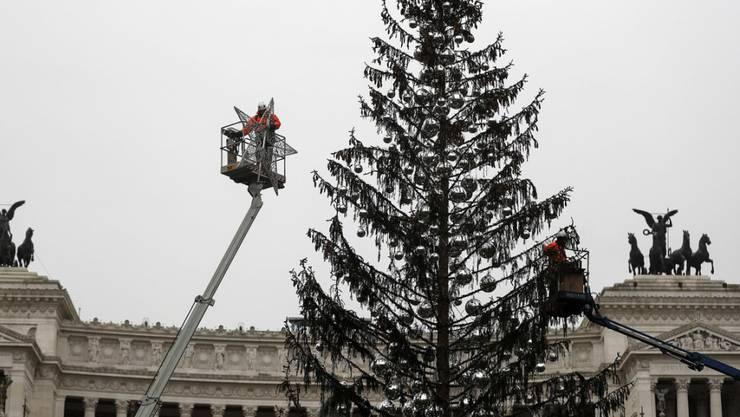 Roms viel geschmähter Weihnachtsbaum wird von seinem Schmuck befreit