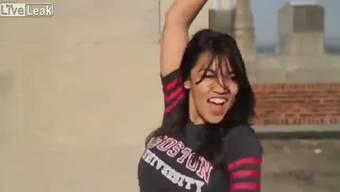 Thumb for 'Ocasio-Cortez tanzt an der Uni in Boston'