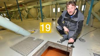 Silomeister Andreas Friedl öffnet den Schachtdeckel über einer 52 Meter tiefen Zelle, gefüllt mit 570 Tonnen Mais.