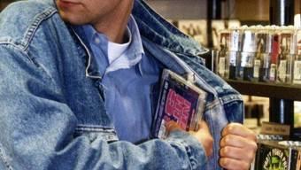 Ein Mann klaute in einem Laden Lebensmittel und Kleider. (Symbolbild)