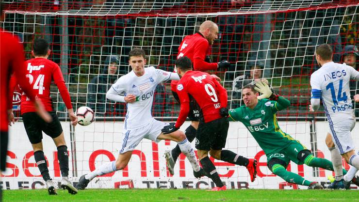Das erste Heimspiel des FC Aarau gegen Lausanne im Dezember war ein Spektakel und endete 2:2. Varol Tasar (M.) erzielte das frühe 1:0 für den FCA.