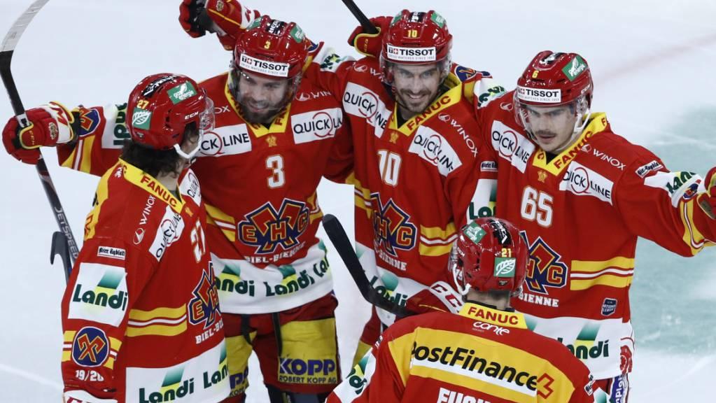 Die Bieler Spieler freuen sich über den ersten Saisonsieg gegen Ambri.