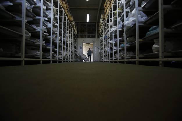 In dieser Halle werden 4500 Leichensäcke mit menschlichen Überresten von Massengräbern aufbewahrt.