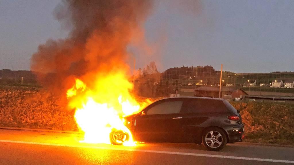 Fahrzeug gerät plötzlich in Brand