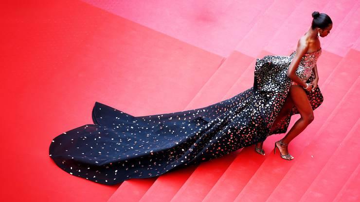 Elegantes Kleid auf rotem Teppich: Das Bild kontrastiert mit den sozialrealistischen Filmen, die im Wettbewerb eine wichtige Rolle spielen.