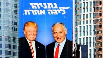 Riesenposter in Tel Aviv: Trump und Netanjahu stehen zusammen.
