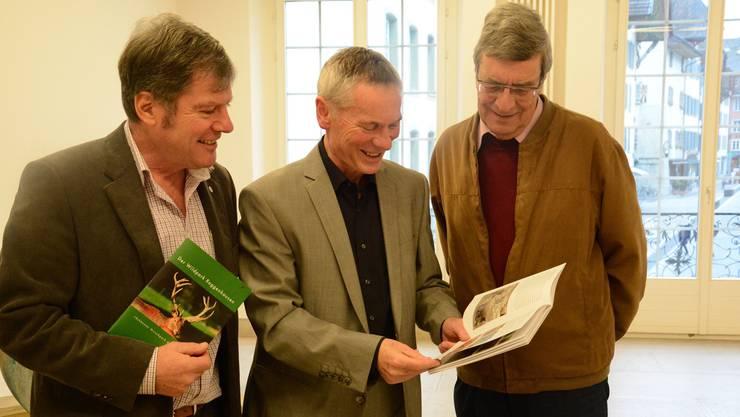 Die Autoren Christoph Fischer, Silvio Bircher und Hermann Rauber (v.l.) präsentieren die neue Schrift über den Wildpark Roggenhausen.Ksc